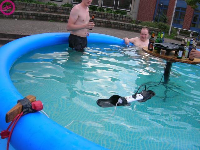 idiotas-piscina.jpg